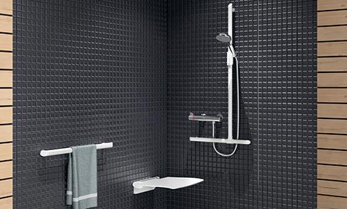 Choisir un siège de douche dans une salle de bain pour senior ou personne handicapée